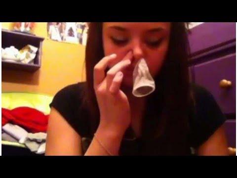 Une jeune fille qui effectue un condom snorting